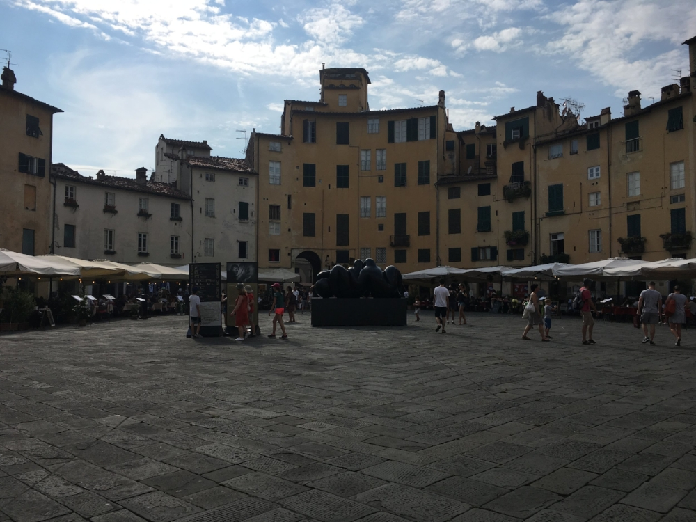 Can you tell that the piazza is circular?