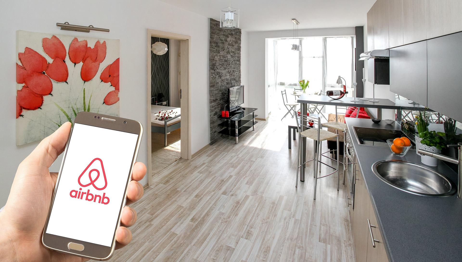 Airbnb app on phone. Photo by Reisefreiheit_eu on Pixabay