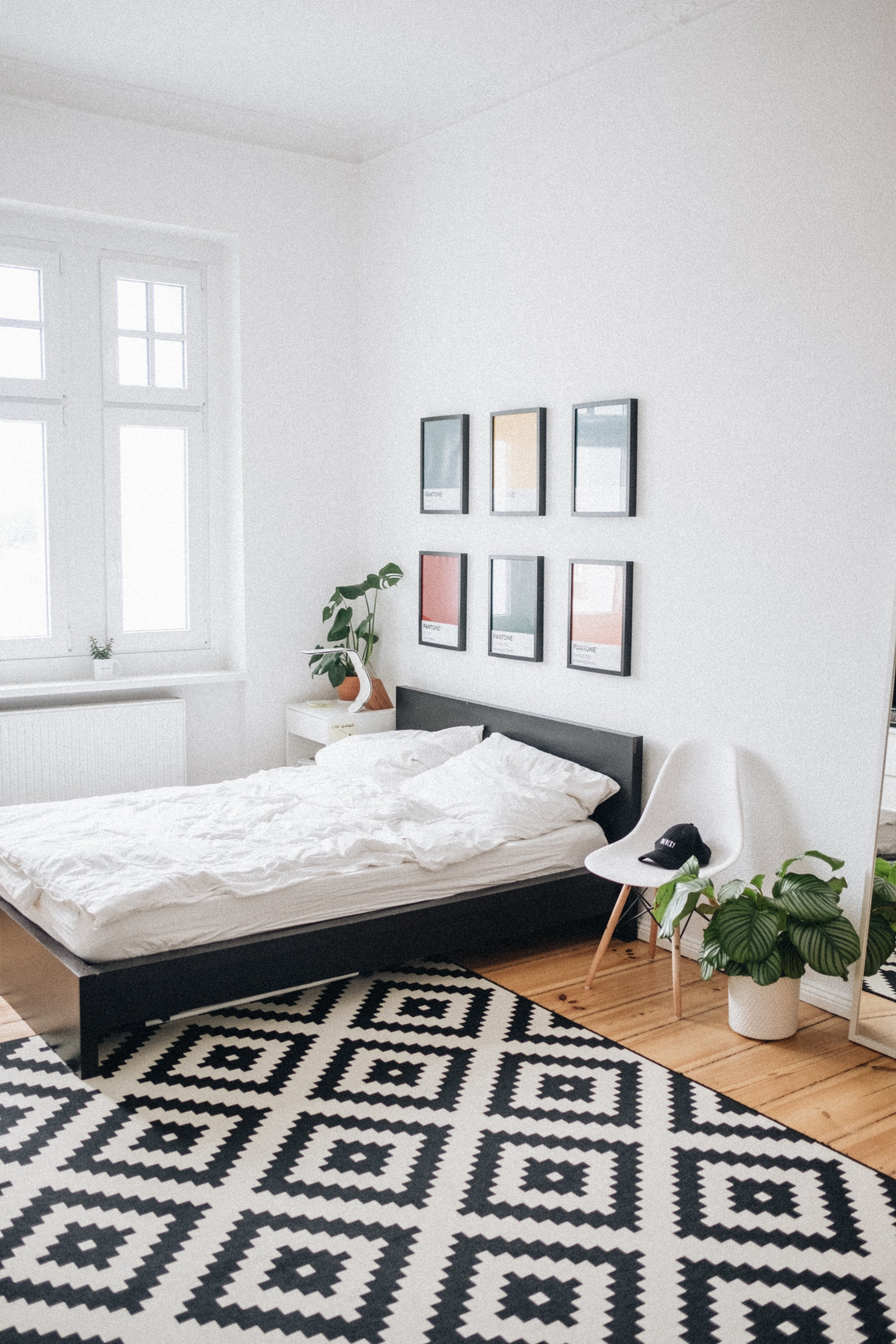 Bedroom with black and white carpet. Photo by Sonnie Hiles on Unsplash