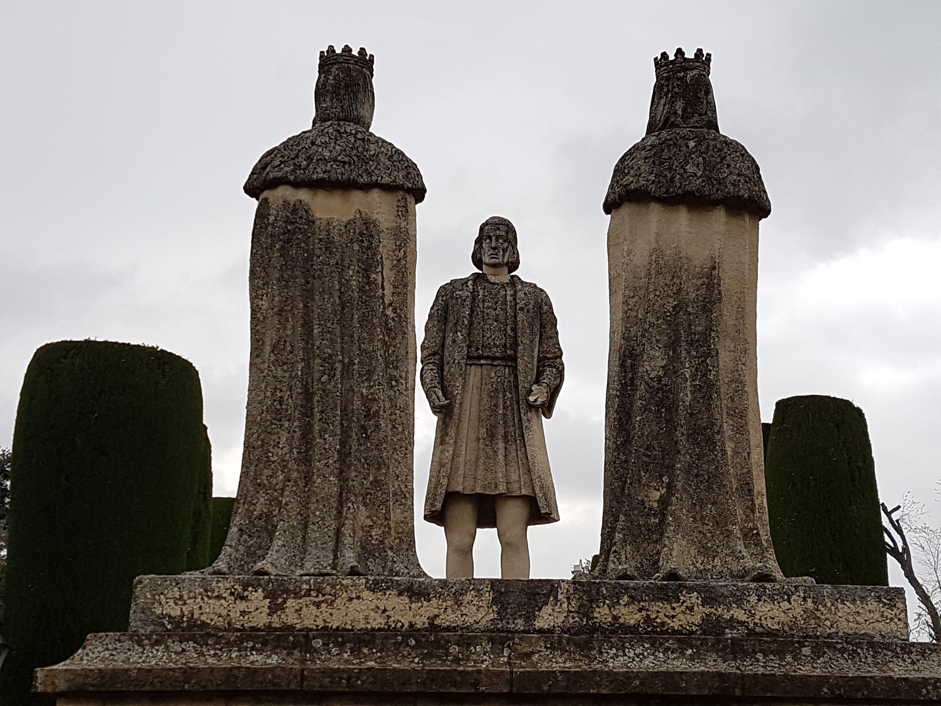 Statue of Christopher Columbus between the Catholic Monarchs Isabel I and Fernando II.