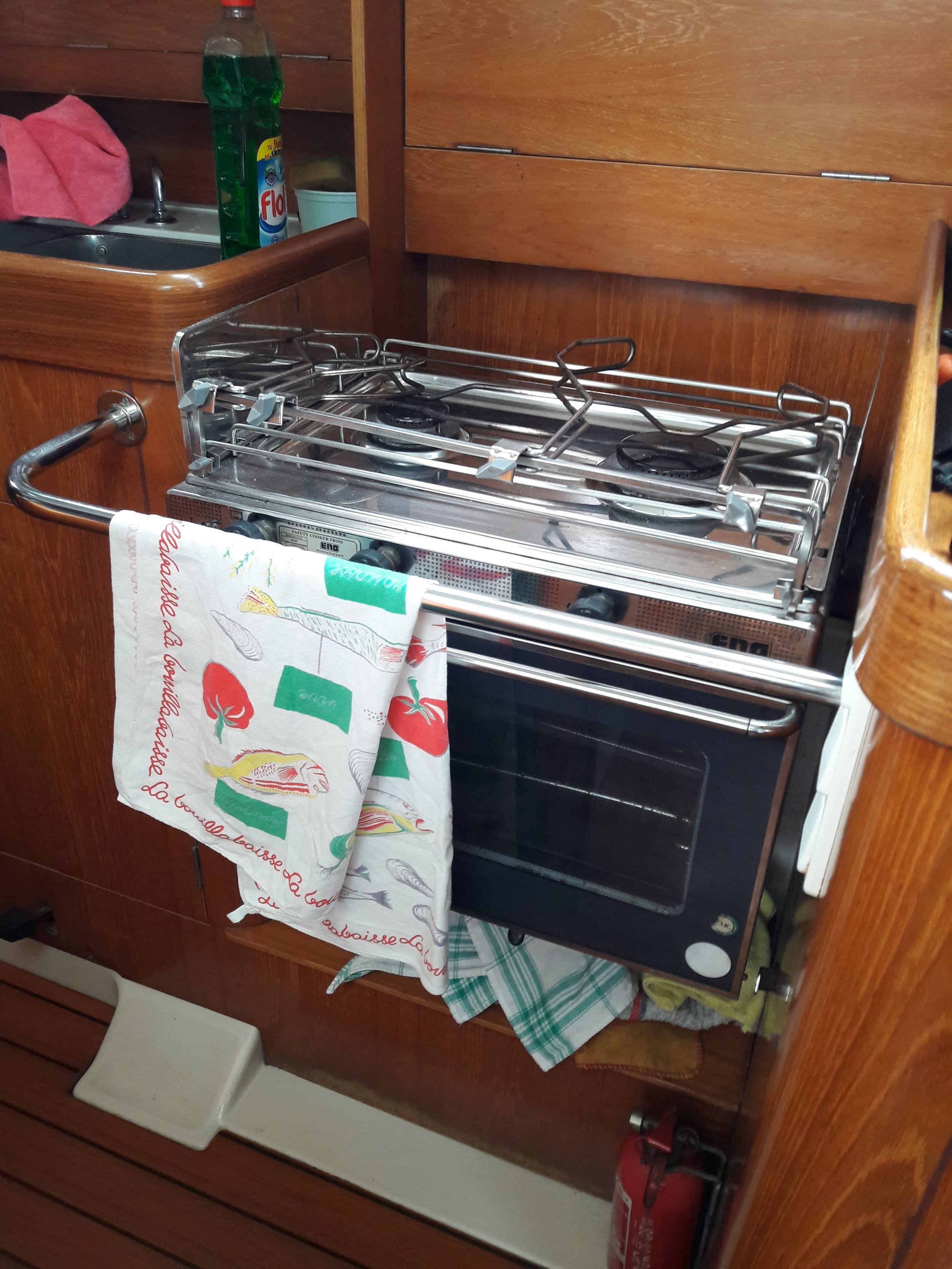 The stove is impressively built on a hinge to avoid danger with large waves.