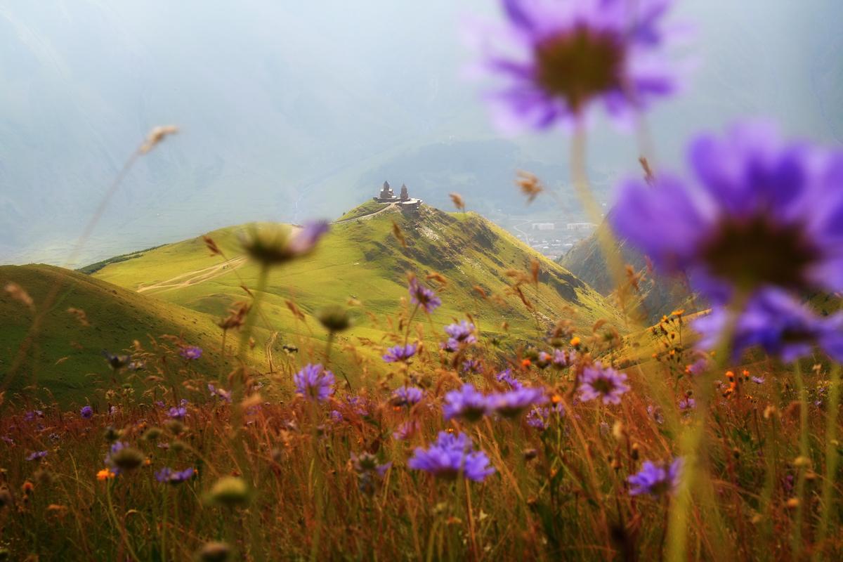 GE Gergeti church in Kazbegi Beautiful landscape in Caucasian Mountains_137575328.jpg