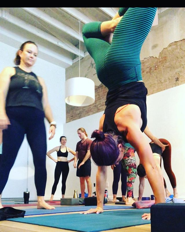 The devil works hard but Jen works harder. 🔥 Catch her next week on Thursday and Saturday •••schedule link in bio loves••• #practiceandalliscoming #lotushandstand #questforthepress #houstonyoga #presson #workhardplayhard