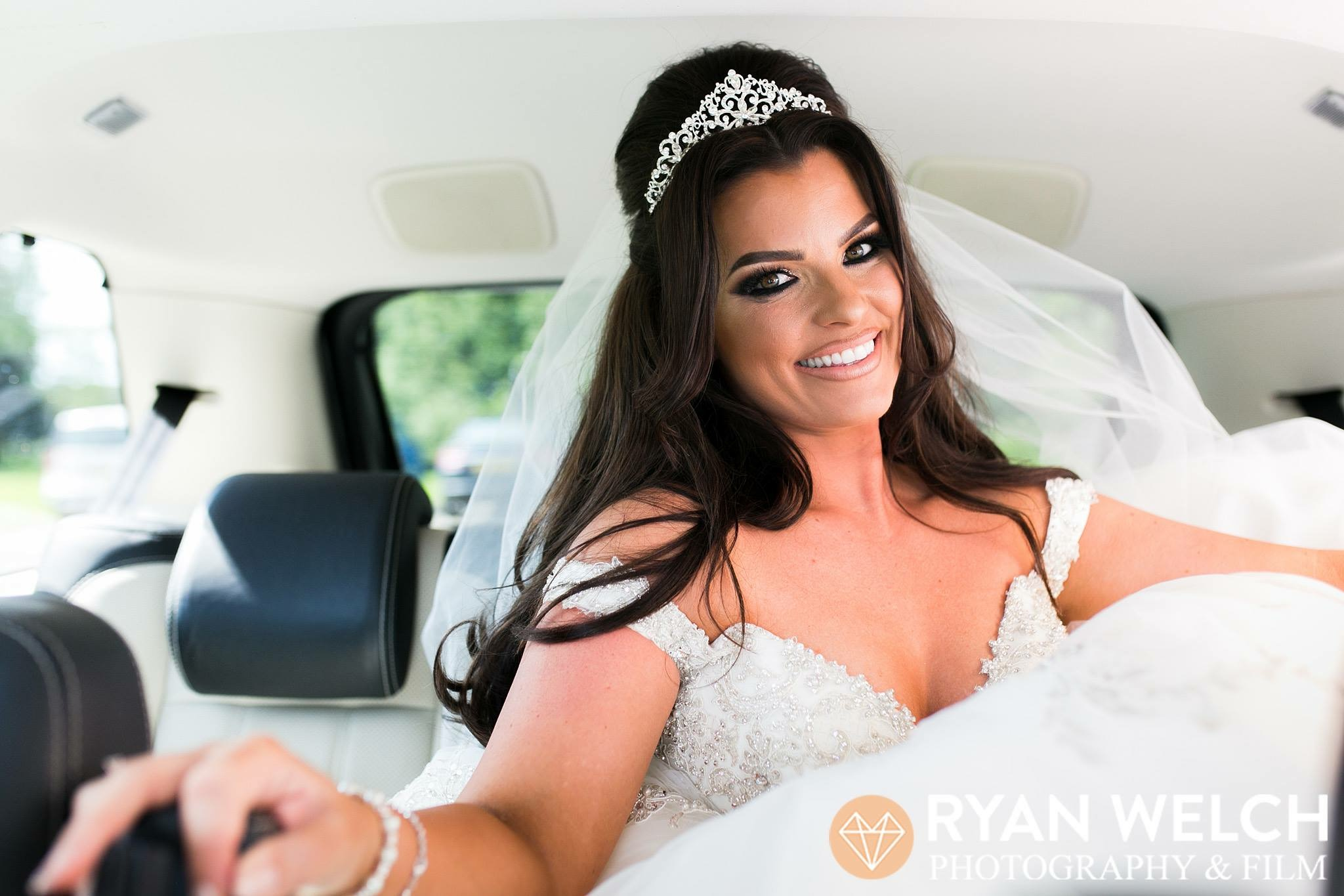 Happiness looks gorgeous on you   Wear that smile with confidence on your big day.   Find out about the wedding services