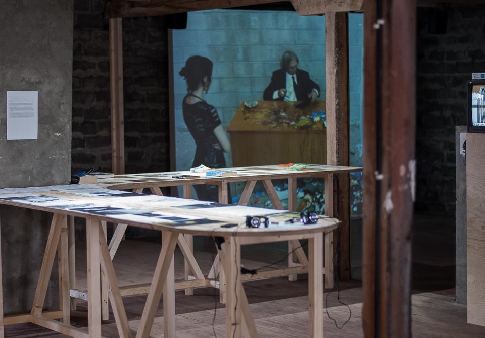 Fra Fredriksenbruket. Jimmie Durhams videoverk Smashing (2004) i bakgrunnen. Foto: Hilde Sørstrøm