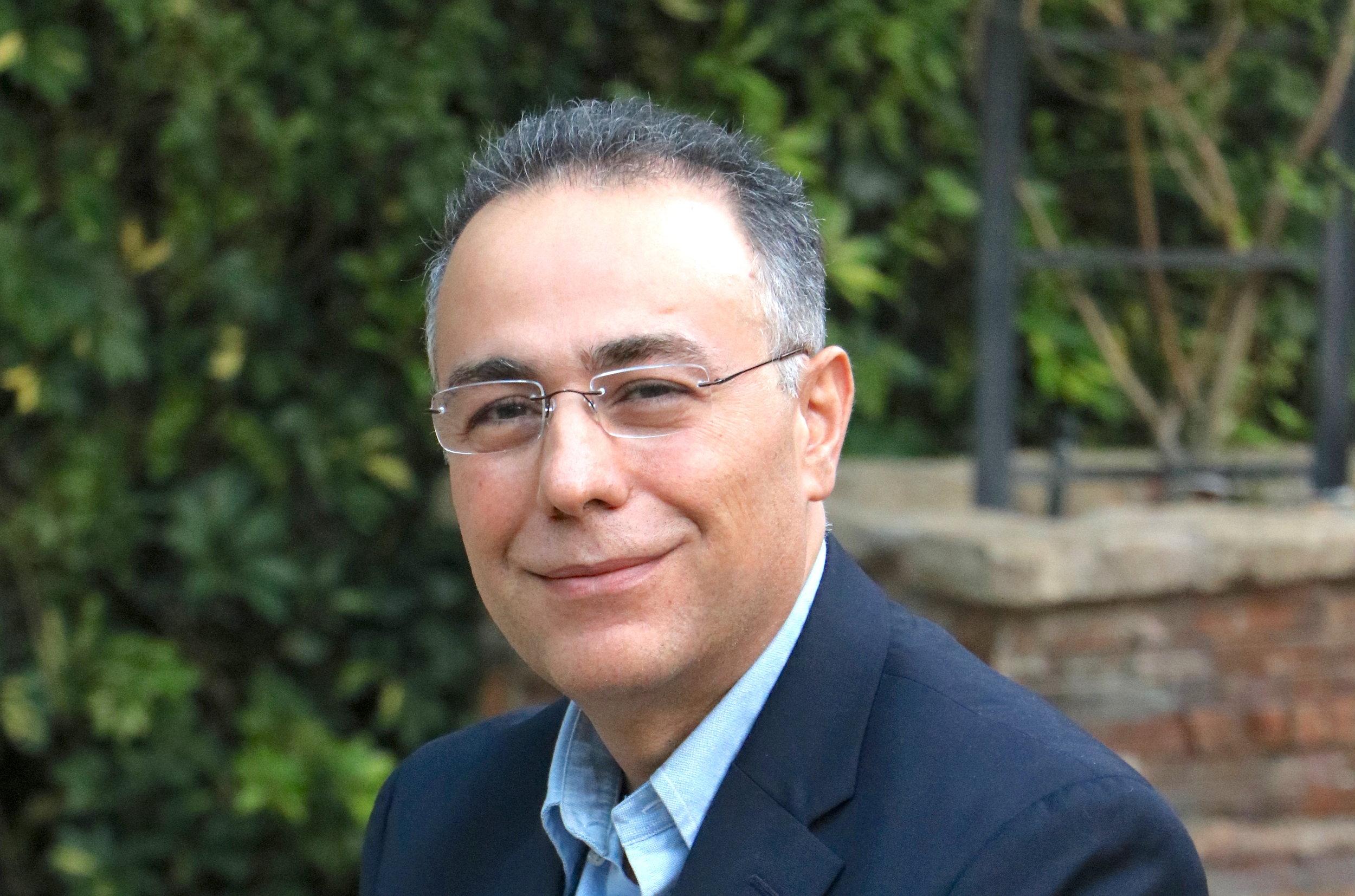 Dr. Ashkan Farhadi (M.D., MS, FACG ) ist ein führender Gastroenterologe, der Patienten mit Bewegungs- und Funktionsstörungen des Darms, wie z. B. RDS, aber auch Patienten mit entzündlichen Darmerkrankungen und anderen abdominellen Krankheiten behandelt.   Dr. Farhadi ist Facharzt für Gastroenterologie und Ernährung am Rush University Medical Center in Chicago, USA. Er ist ebenso auf dem Gebiet der Gastroenterologie als Forscher tätig und ein Mitglied der Internationalen Gesellschaft für Funktionelle Gastrointestinale Erkrankungen (International Foundation for Functional Gastrointestinal Disorders). Seine Forschungsgebiete schließen das  Reizdarmsyndrom , entzündliche Darmerkrankungen und die Permiablität des Gastrointestinaltrakts ein.  Weitere Informationen über  Dr. Farhadi finden Sie unter den folgenden Verweisen:    Dr. Farhadis Profil    Rush University Medical Center