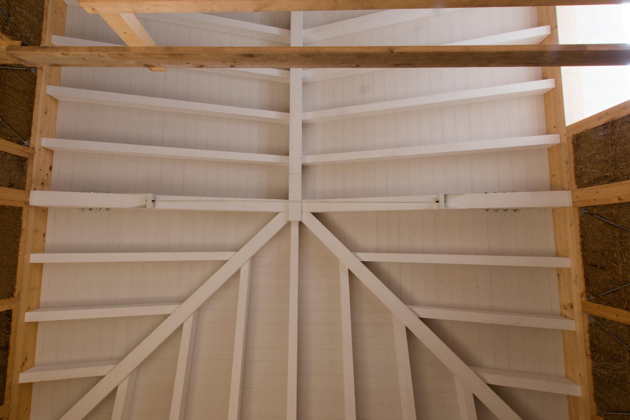 Tetto in paglia visto dall'interno con la struttura portante in legno lamellare