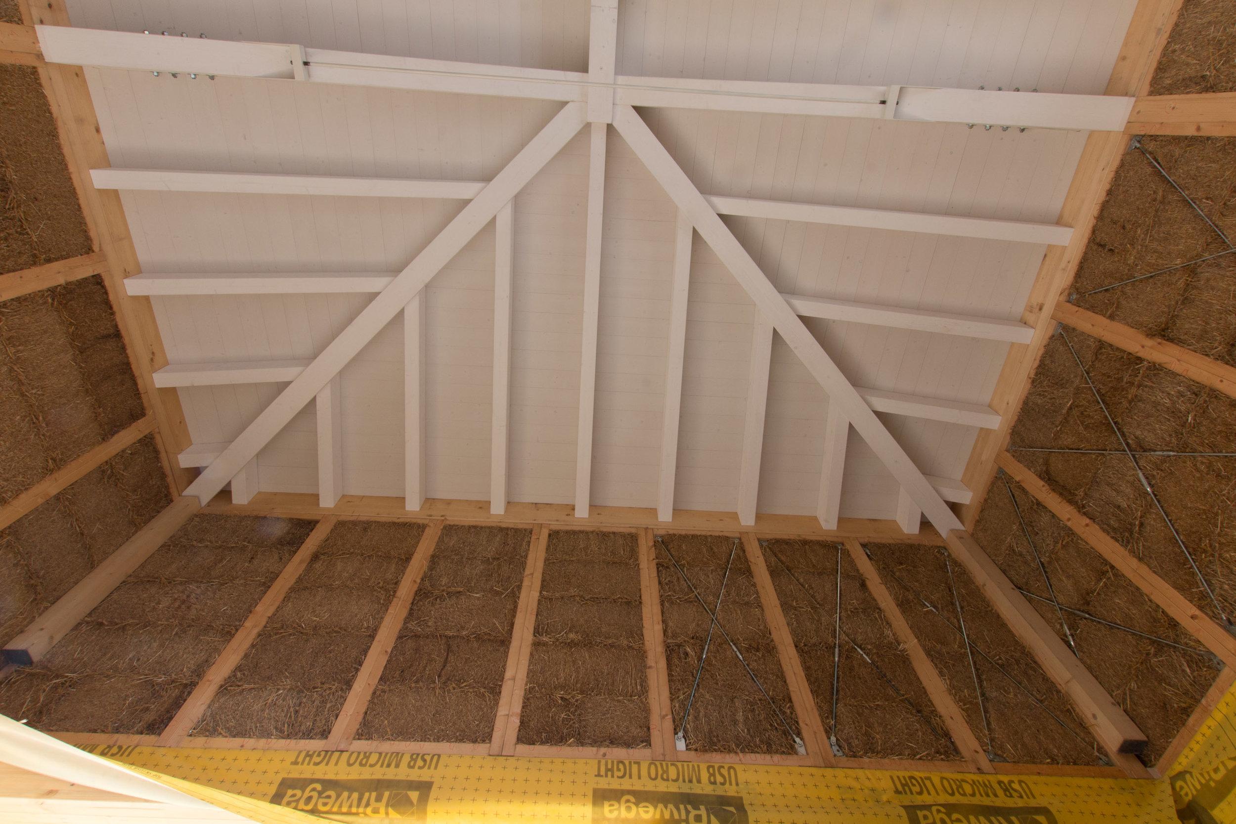 La struttura del tetto in balle paglia ricorda una foglia con le nervature