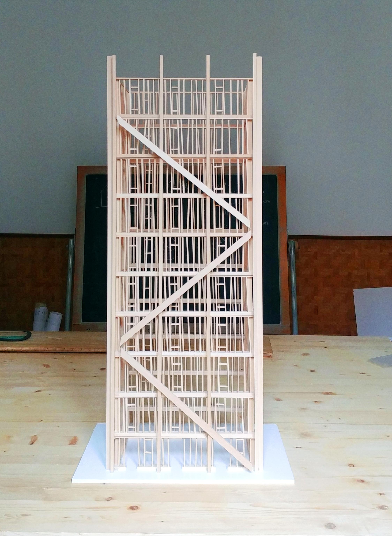 Facciata dell'edificio di dieci piani in balle di paglia