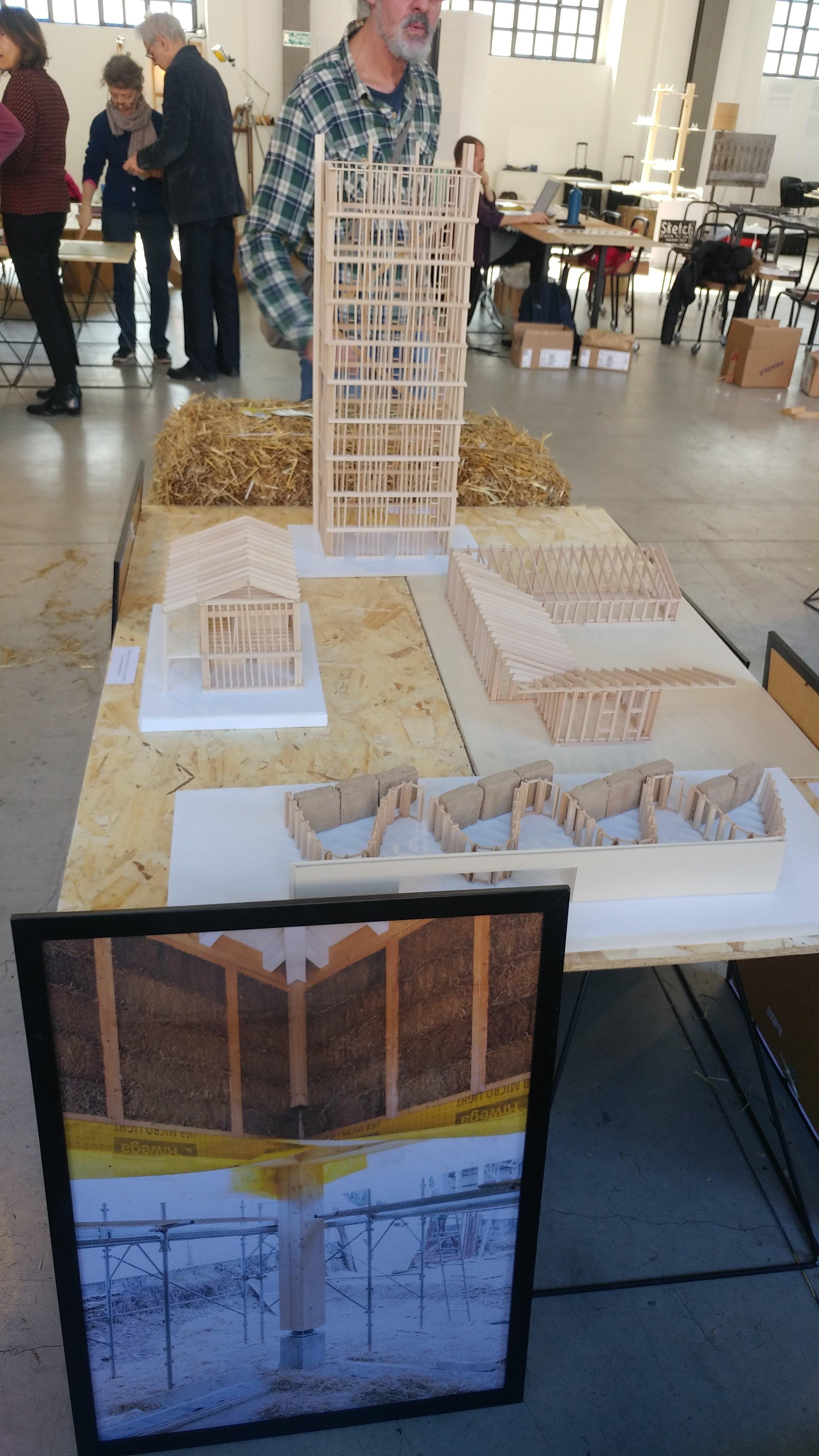Il modello di un edificio di 10 piani in legno e balle di paglia