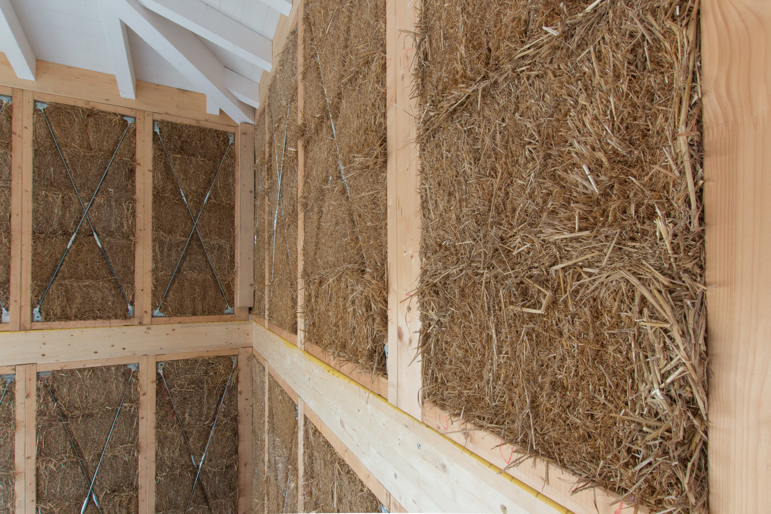 Il cordolo interpiano in legno che unisce i muri del piano terra a quelli del primo piano