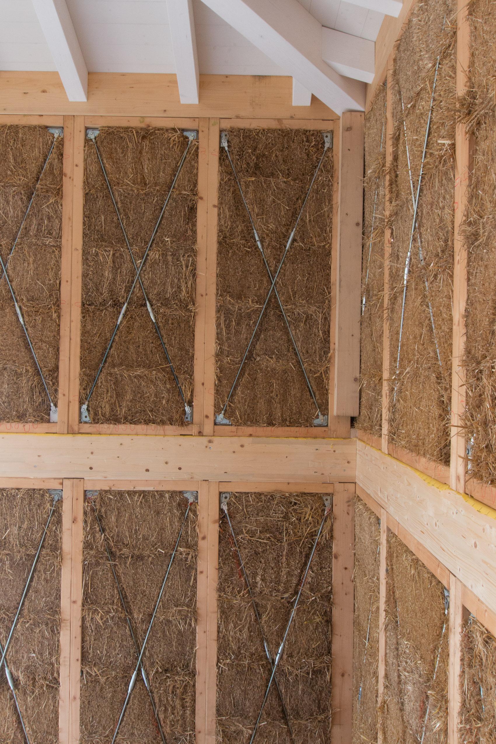 Il cordolo in legno sulla sommità dei muri collega la casa alla copertura, anche questa realizzata in balle di paglia