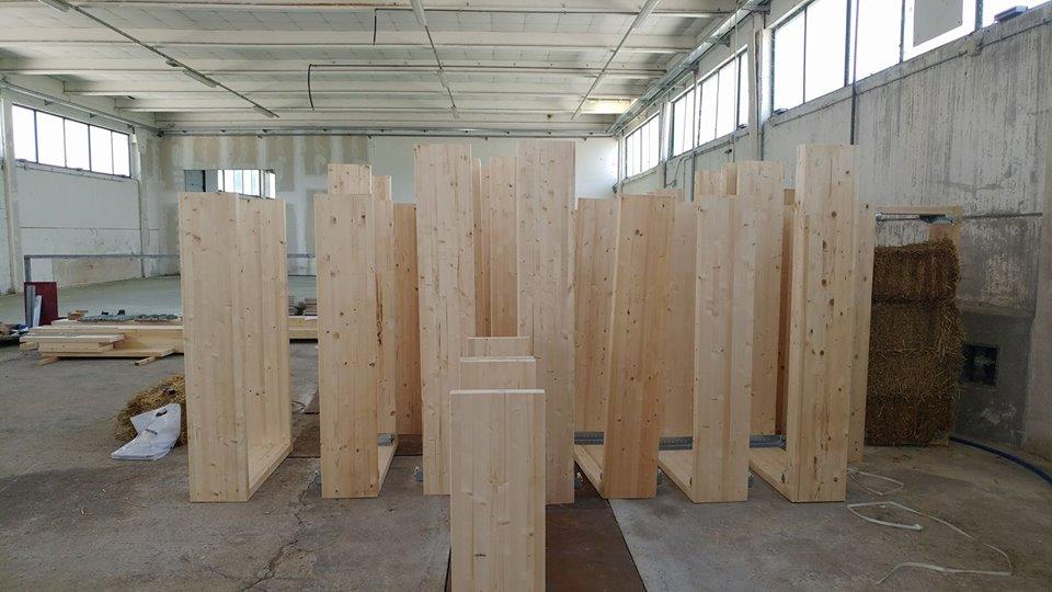I telai di legno sono pronti per essere riempiti di paglia e successivamente posati in cantiere per la costruzione dei muri della casa.