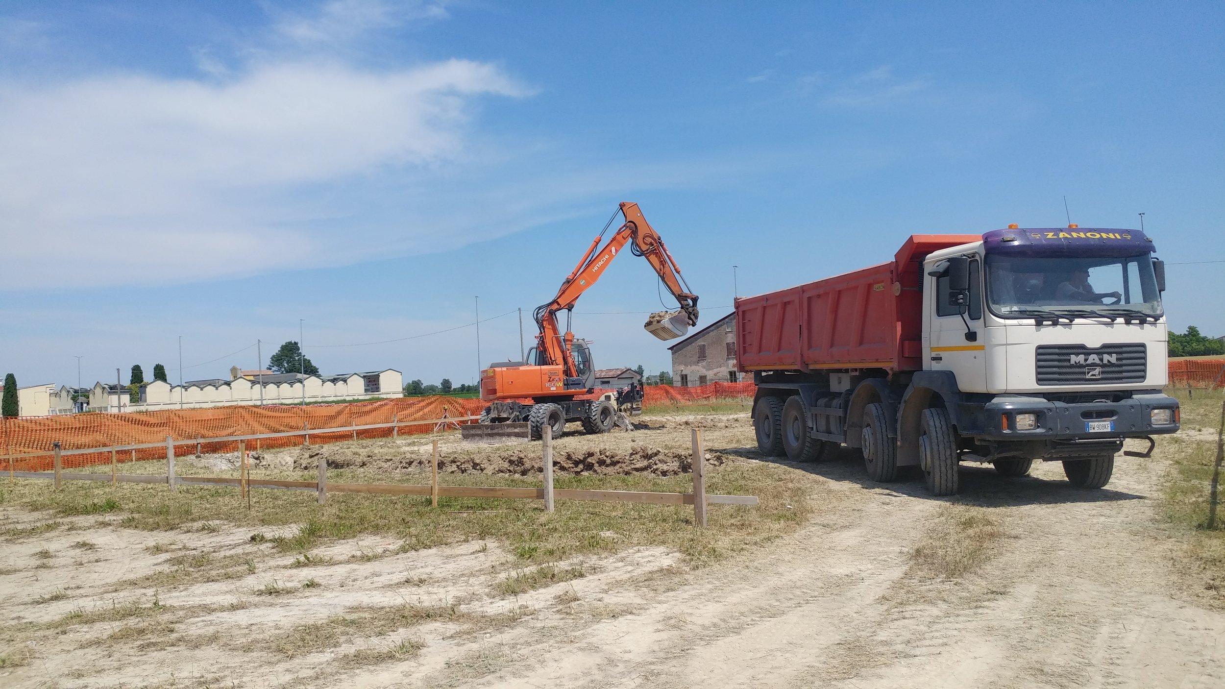 Lo scavo di fondazione in corso