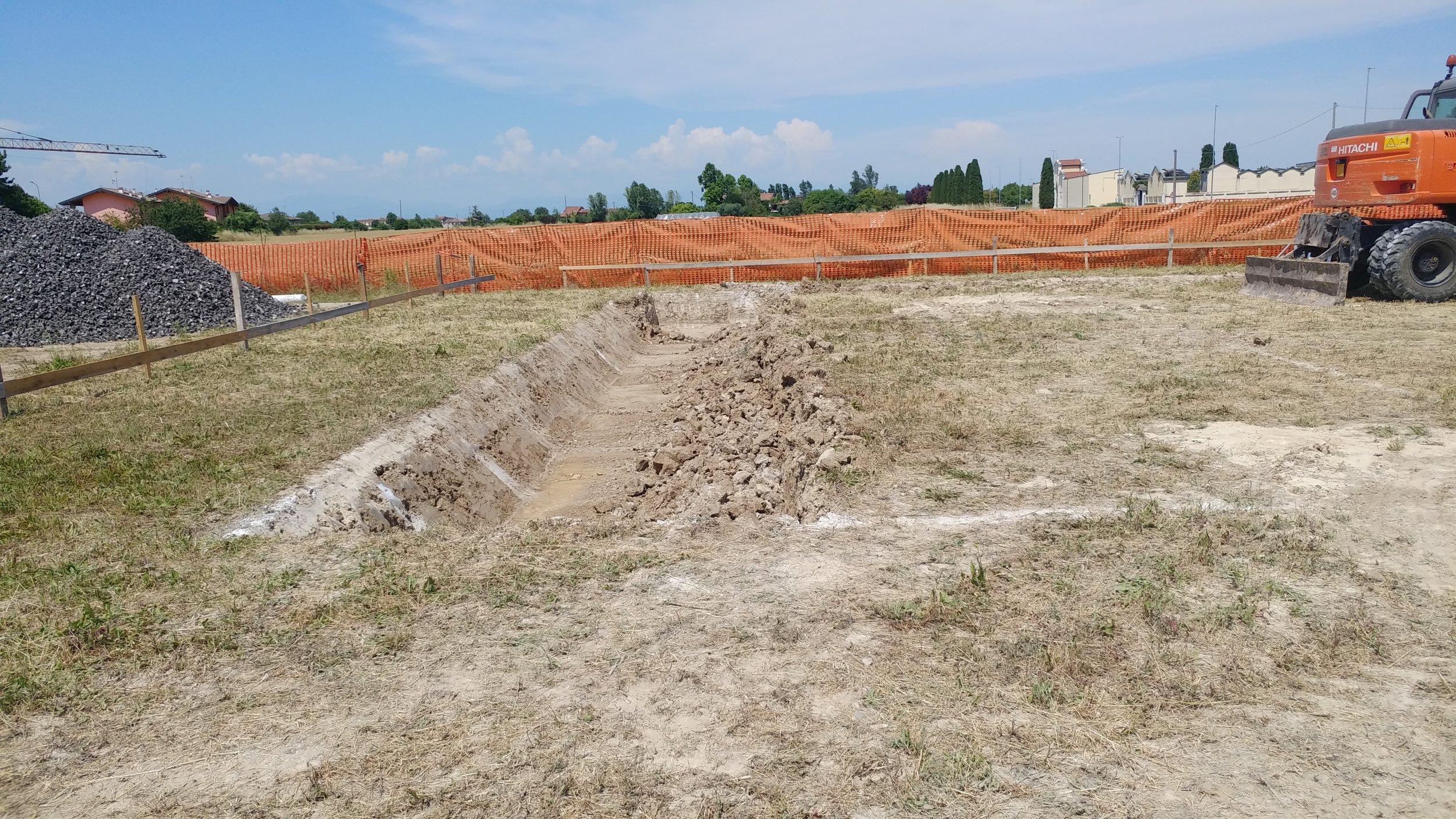 Dettaglio della sponda inclinata dello scavo eseguito con l'escavatore