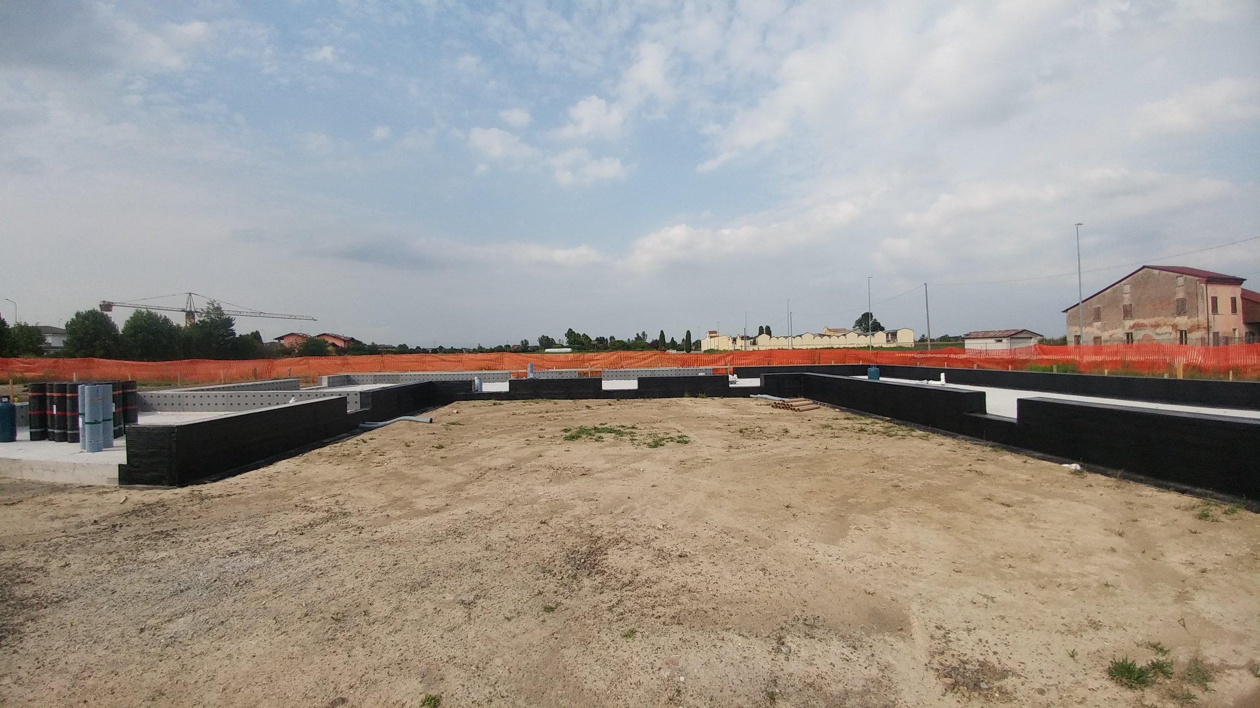 La platea conclusa pronta per la posa delle strutture in legno e paglia