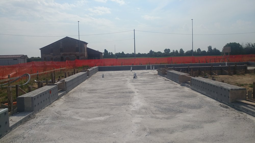 Costruzione della platea calda in cemento armato con l'isolamento dei cordoli laterali
