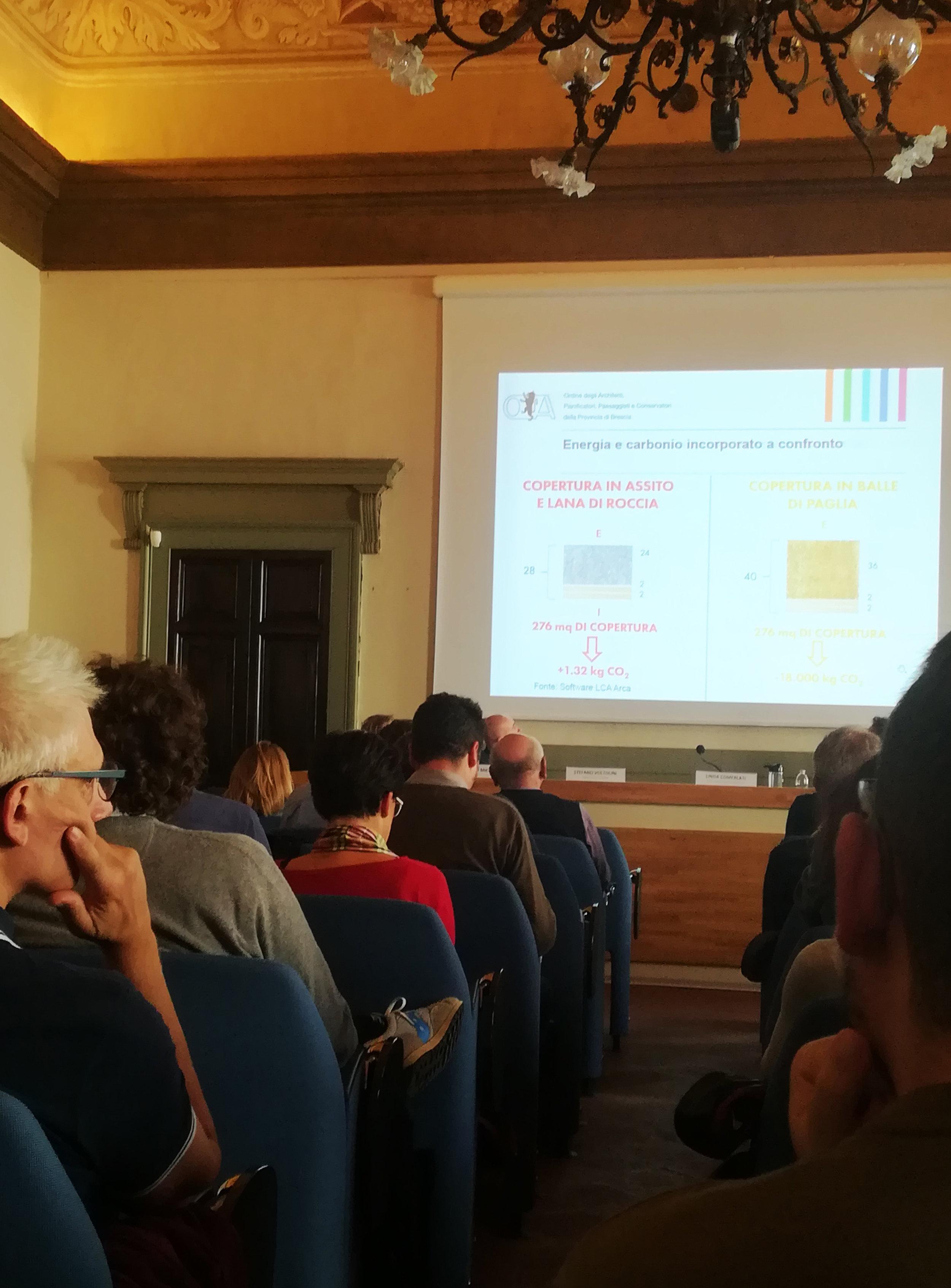 Una foto della conferenza, durante l'intervento dell'Arch. Linda Comerlati
