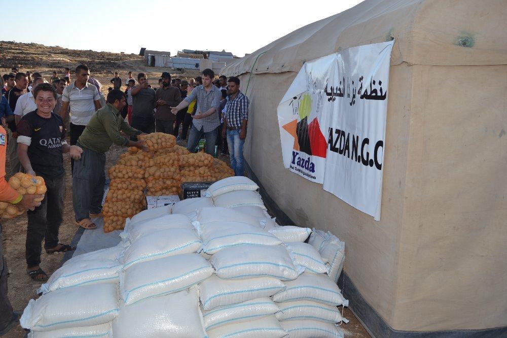 yazda distributing food.jpg