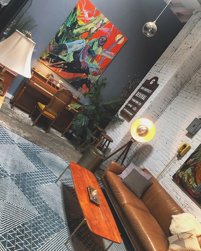 Loved the vibe of the green room at @beyondstudios last weekend. Guests were able to chill on the couch while they waited to take their photos & get their nails done!