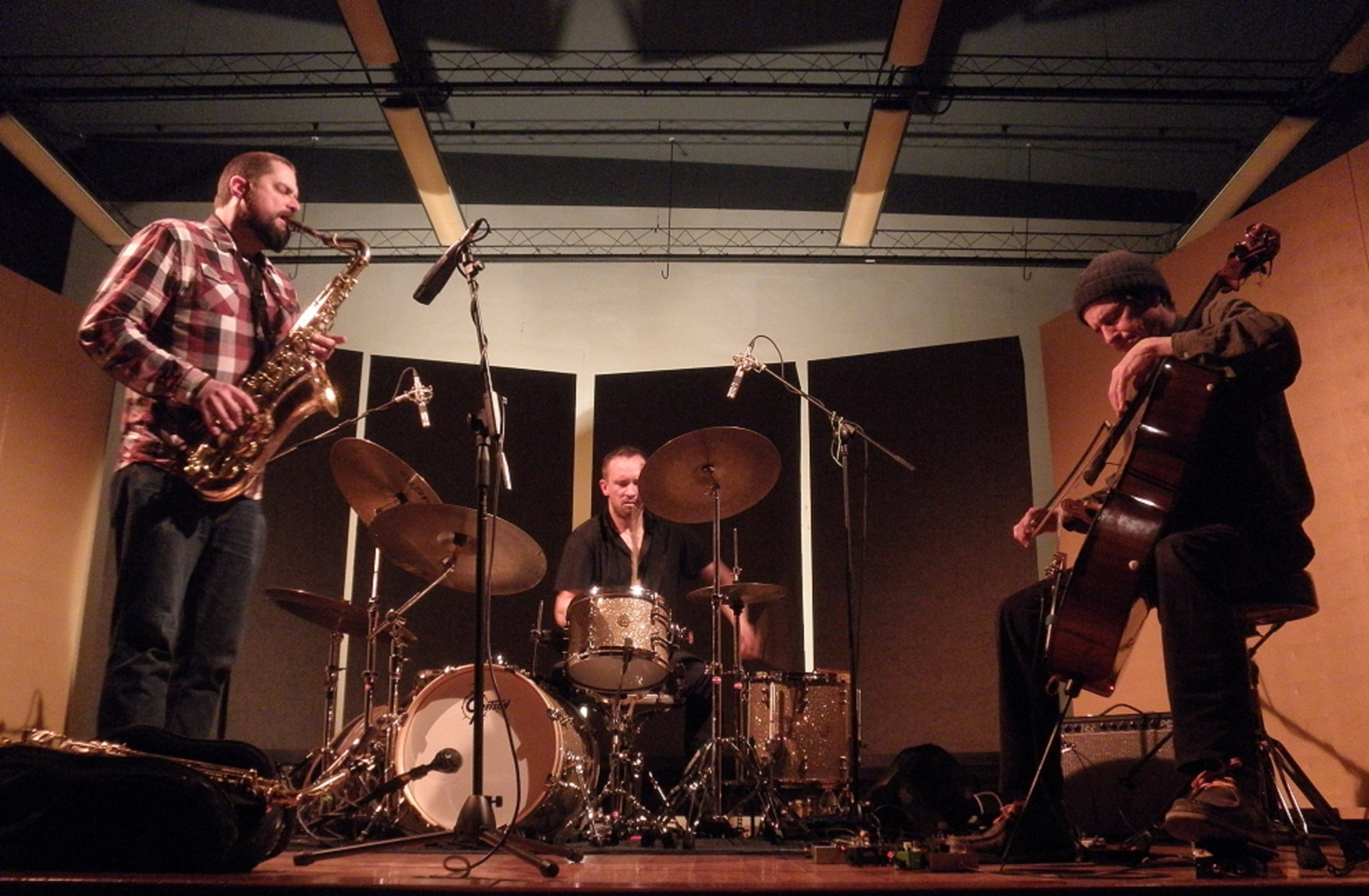 - Dave Rempis – alto/tenor/baritone saxophoneFred Lonberg-Holm - celloPaal Nilssen-Love - drums