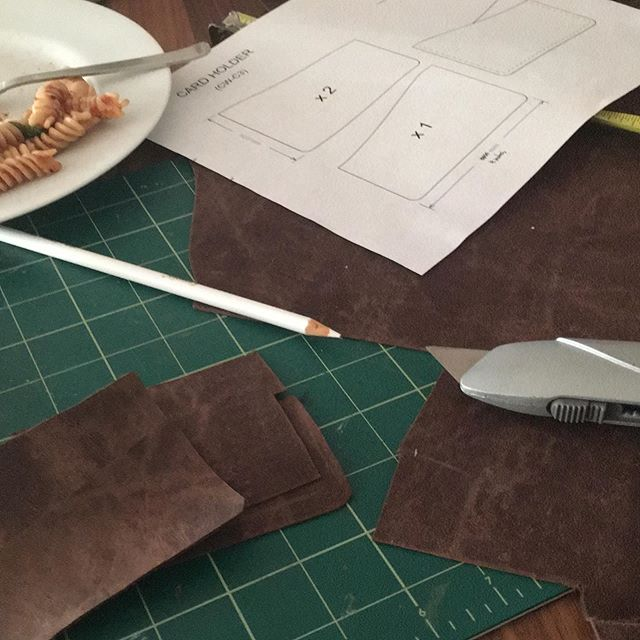 Still life to make a wallet. #selfsufficiency #handmade #leathercraft #friendinspiration #stilllife #leather #humanmade #process #craftsmanship #concentration #meditation