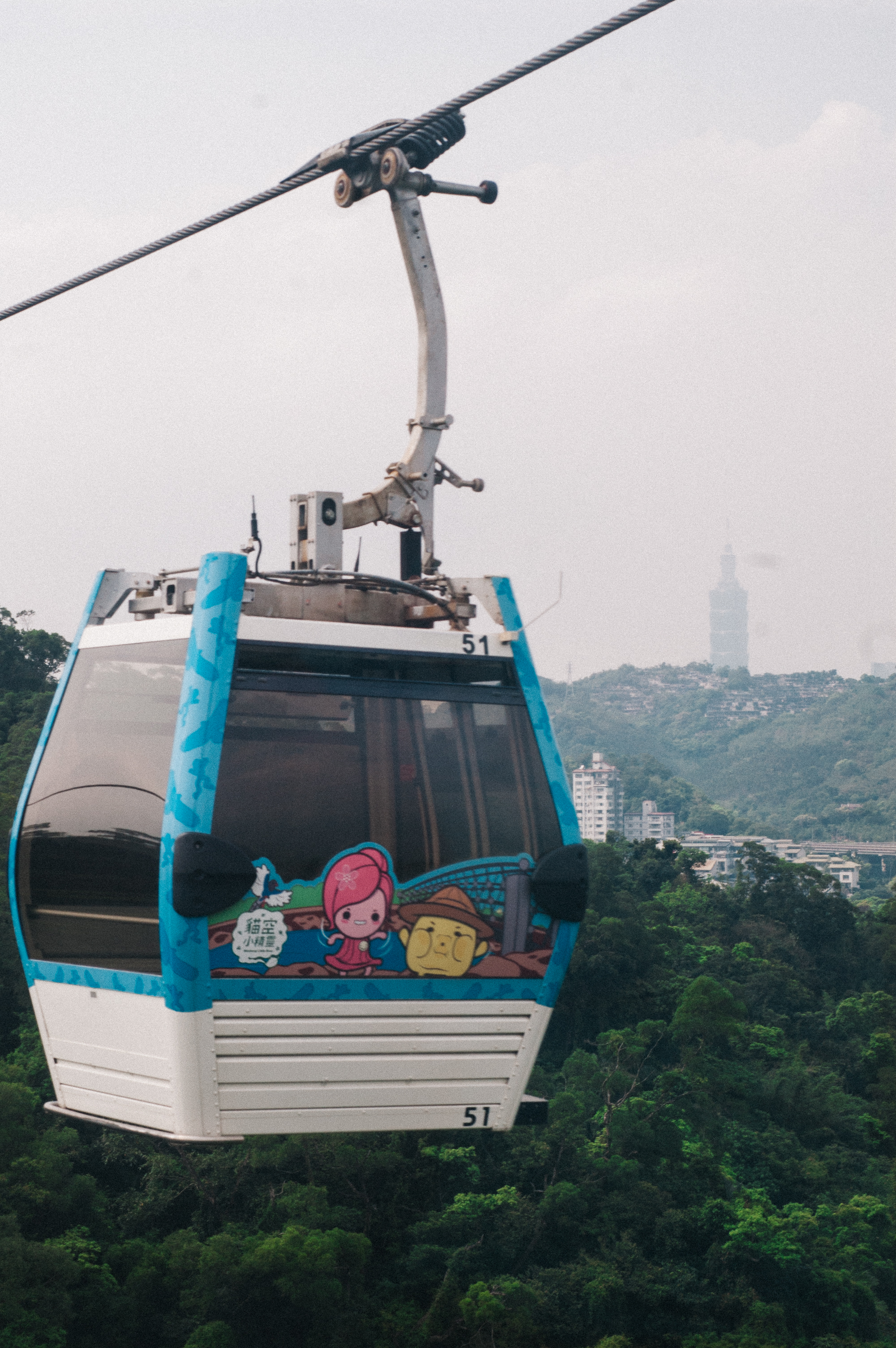 Taipei 101 in the background -->