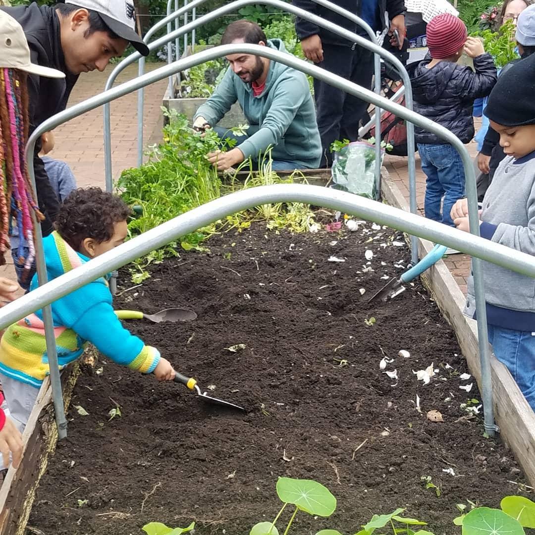 Jardinería - Tenemos dos terrenos en la Jardinería de los niños Riley-Levin en el este de Inwood que se organiza por el Proyecto Restoración de Nueva YorkLa Temporada de la Jardinería está libre de Marzo a NoviembreLibre horas a visitarLos Días de Jardinería de la Familia con actividades para los niños y adultos