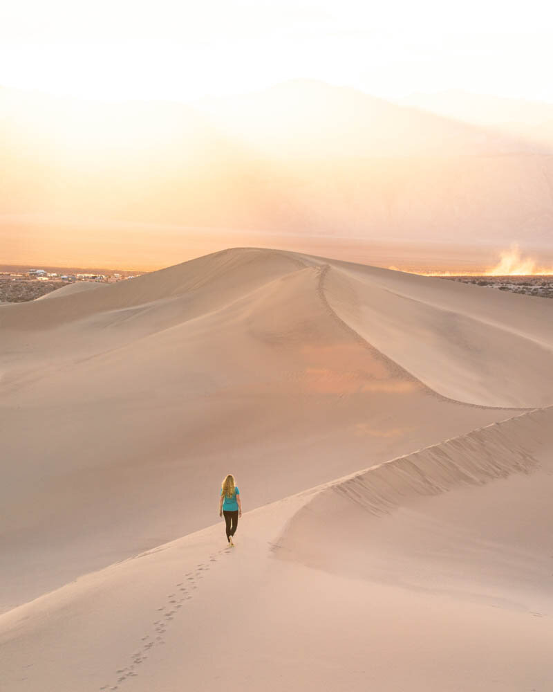 Death Valley hikes: Walking on the ridges of the Mesquite Sand Dunes at sunset