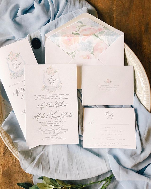 This floral letterpress suite with navy wax seals & watercolor envelope liners is giving us all the June wedding feels 🥰 Happy wedding week, Madeline & Mike—it was an honor to design your wedding paper!