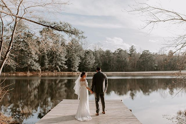 beautiful couple, beautiful scenery!. 😍🍃🌳🌤 . 📸: @madalouise . . #barnwedding #weloveourclients #newbeginnings
