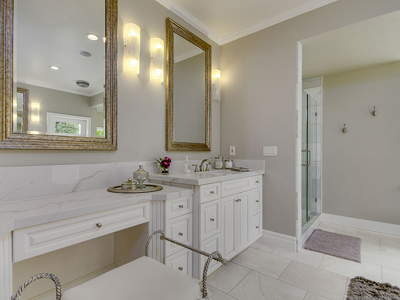 This bathroom… made for pampering! Absolute luxury.