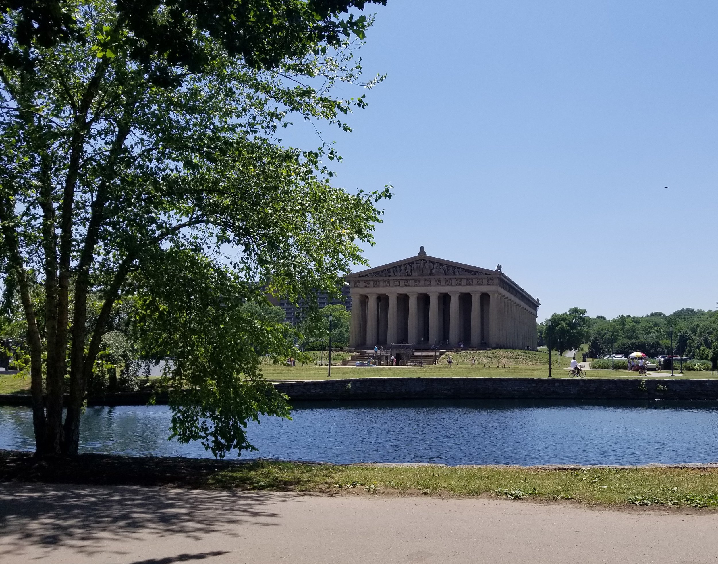 We enjoyed our picnic lunch at the Centennial Park with a view of the Parthenon