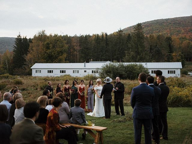 The perfect outdoor fall ceremony at the @sprucetoninn