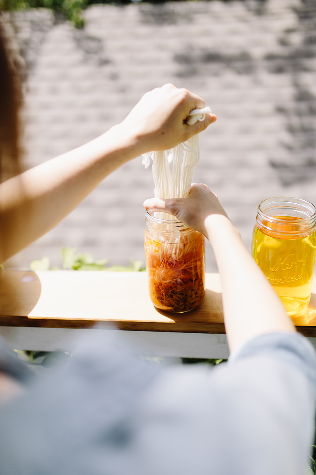 the simplest solar dye tutorail: add your yarn to the jar, close it up and wait for the sun to do it's magic!
