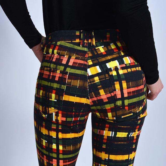 """Un fessier """"rehaussé"""" grâce au pantalon PUMP et sa couture 🧵 . . #pump #mayjuneofficiel #pantalonsfemmes #modefeminine #frenchbrand #marquefrancaise #hiver2020"""