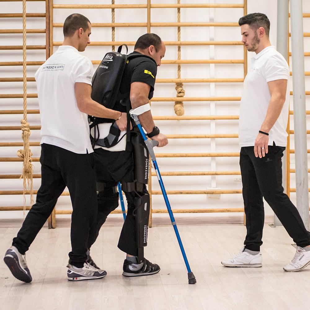 UN ESOSCHELETRO robotico PER ALLENARSI - ReWalk è un esoscheletro robotico che consente alle persone con lesione al midollo spinale di alzarsi in piedi, muovere dei passi in posizione ortostatica e, in fase avanzata, salire le scale. Grazie ai materiali usati, questo dispositivo è molto leggero; una volta indossato assicura massimo comfort e garantisce totale sicurezza. L'esoscheletro non sostituisce la carrozzina ma consente di trascorrere alcune ore della giornata in posizione verticale, deambulare, muoversi e interagire con l'ambiente circostante.L'obiettivo del progetto è offrire un allenamento gratuito che permetta alle persone con lesioni midollari non solo di imparare a usare l'esoscheletro, ma di proseguire l'allenamento per 3 anni in modo da mantenere i benefici ottenuti, potenziare le prestazioni, avere un supporto psicologico nel lungo periodo e ridurre tutte le problematiche fisiche e mentali che derivano dal trauma subito.Per tutta la durata del progetto il Dipartimento di Psicologia dell'Università