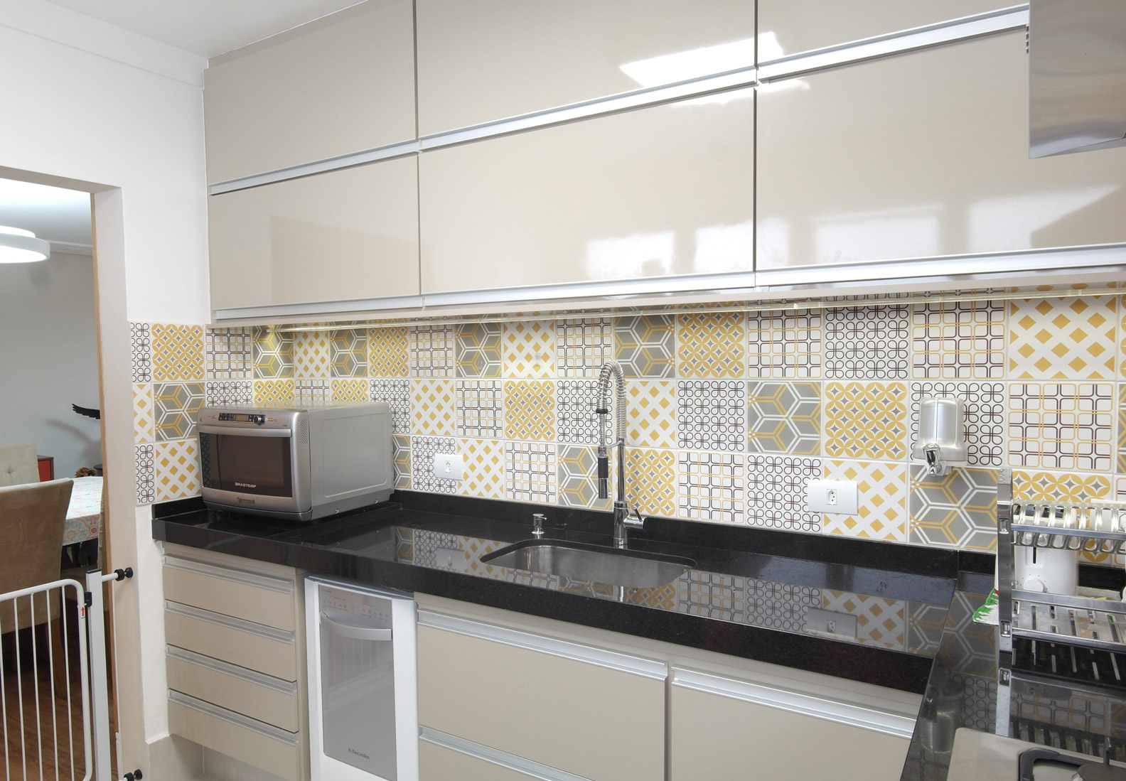 Daniela-Marques-Arquitetura-009-Cozinha-Azulejo-Amarelo-Cinza.jpg