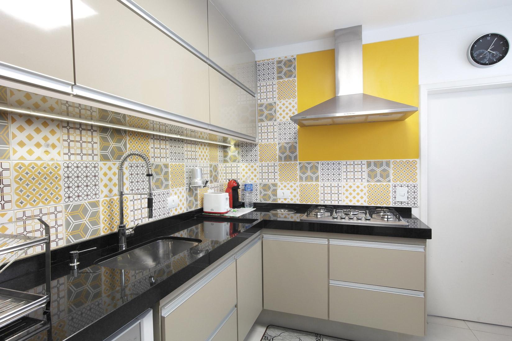Daniela-Marques-Arquitetura-010-Cozinha-Azulejo-Amarelo-Cinza.jpg