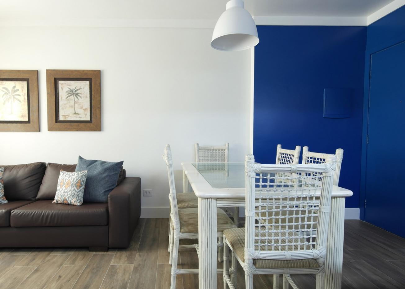 Daniela-Marques-Arquitetura-003-Sala-Pequena-Parede-Azul.jpg