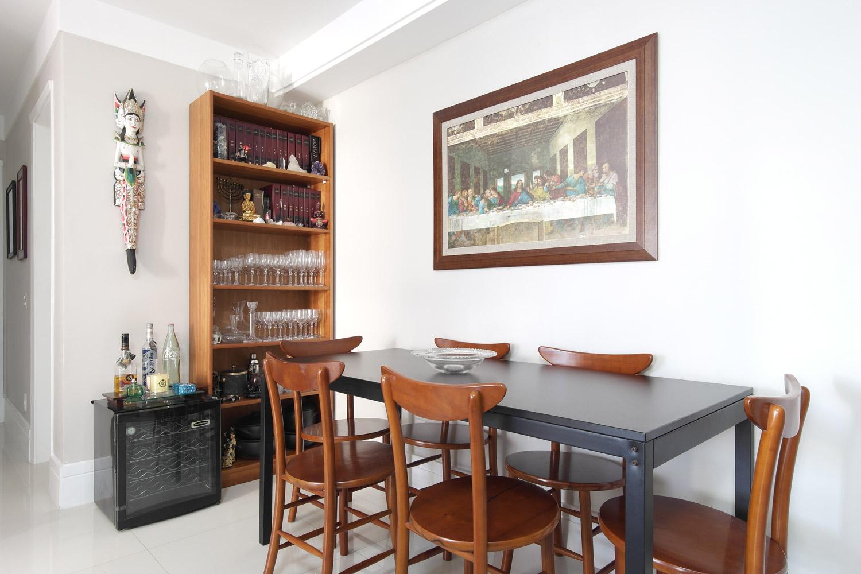 No dia a dia, a mesa de jantar fica encostada na parede, sobrando assim um bom espaço de circulação e dando a sensação de que a sala é maior, mas ao receber amigos, a mesa é facilmente arrastada, ganhando mais lugares no lado da parede. -