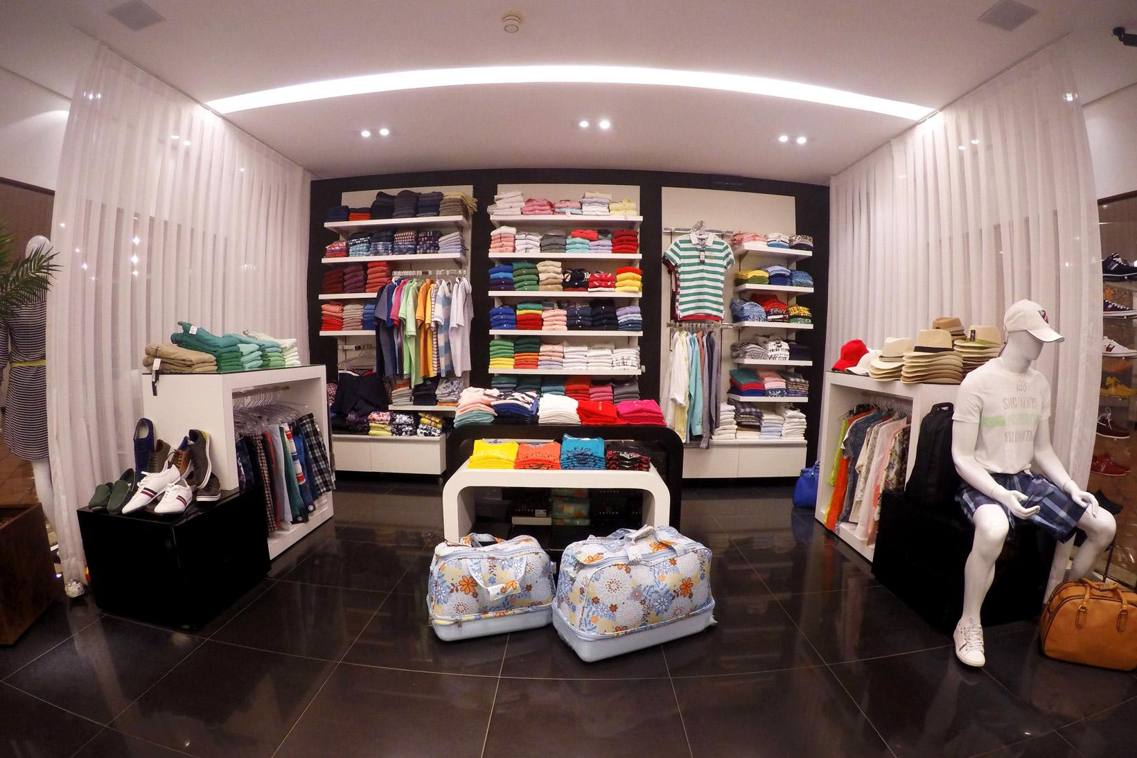 Os produtos mais nobres estão localizados na parte central da loja, onde os três corners ganham destaque sobre a parede preta. -