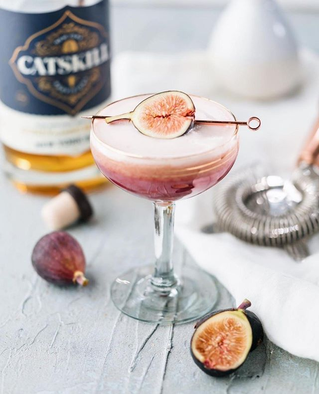 Happy World Cocktail Day! We're celebrating with one of our favorites, the Honey I Fig-ured, created by @thesocialsipper. 🐝⠀ ⠀ 2 figs⠀ 1/4 oz honey⠀ 2 oz Catskill Provisions NY Honey Rye Whiskey⠀ 1 egg white ⠀ Juice of half a lemon⠀ 2 dashes Peychaud's Bitters⠀ ⠀ Muddle the fig and honey in a cocktail tin. Add all other ingredients and ice, shake, and double strain.⠀ ⠀ Cheers! 🥃⠀ ⠀ ⠀ #worldcocktailday #catskillprovisions #nyhoneyryewhiskey #allbuzznosting #whiskey #honeywhiskey #whiskeycocktails #honey #rawhoney #fig #cocktails #drinkstagram #cocktailoftheday #happyhour #mixology #homebar #bartender #glassware #garnishgame #cocktailsofinstagram #drinkup #liqpic #imbibegram #beesocial #beeconnected #pollinator #savethebees