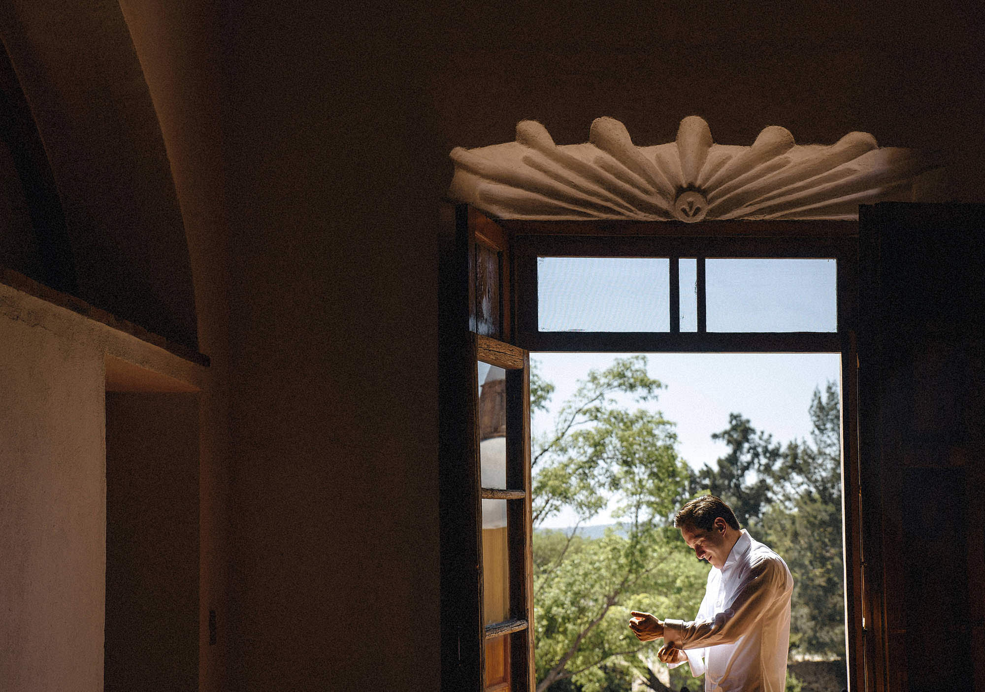 06 arreglo del novio hacienda castillo queretaro fotografo de bodas 06-WEB.jpg