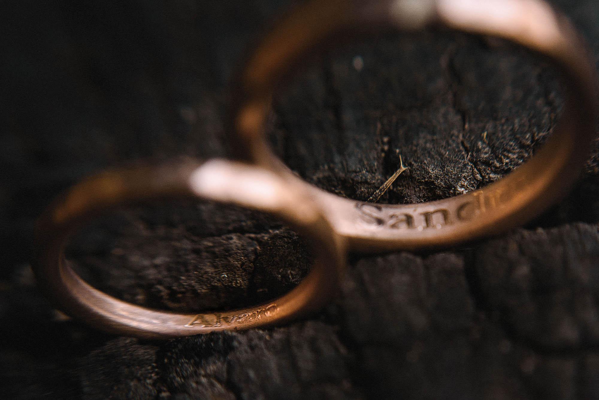 detalles anillos grabado magali espinosa fotografo boda compromiso.jpg