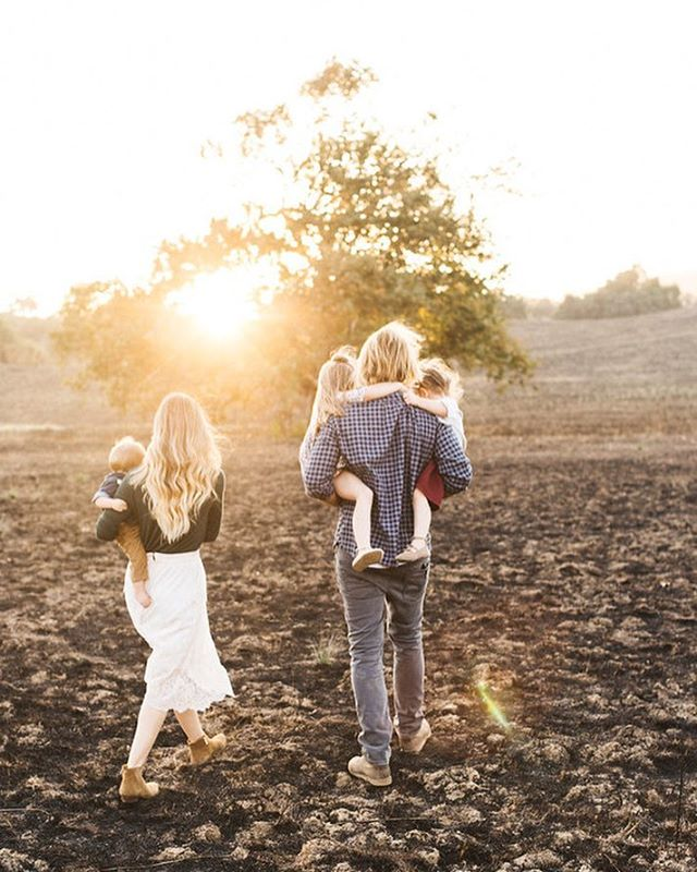 Chasing the light ✨  This sweet family session is on @100layercakelet today💕 link in bio