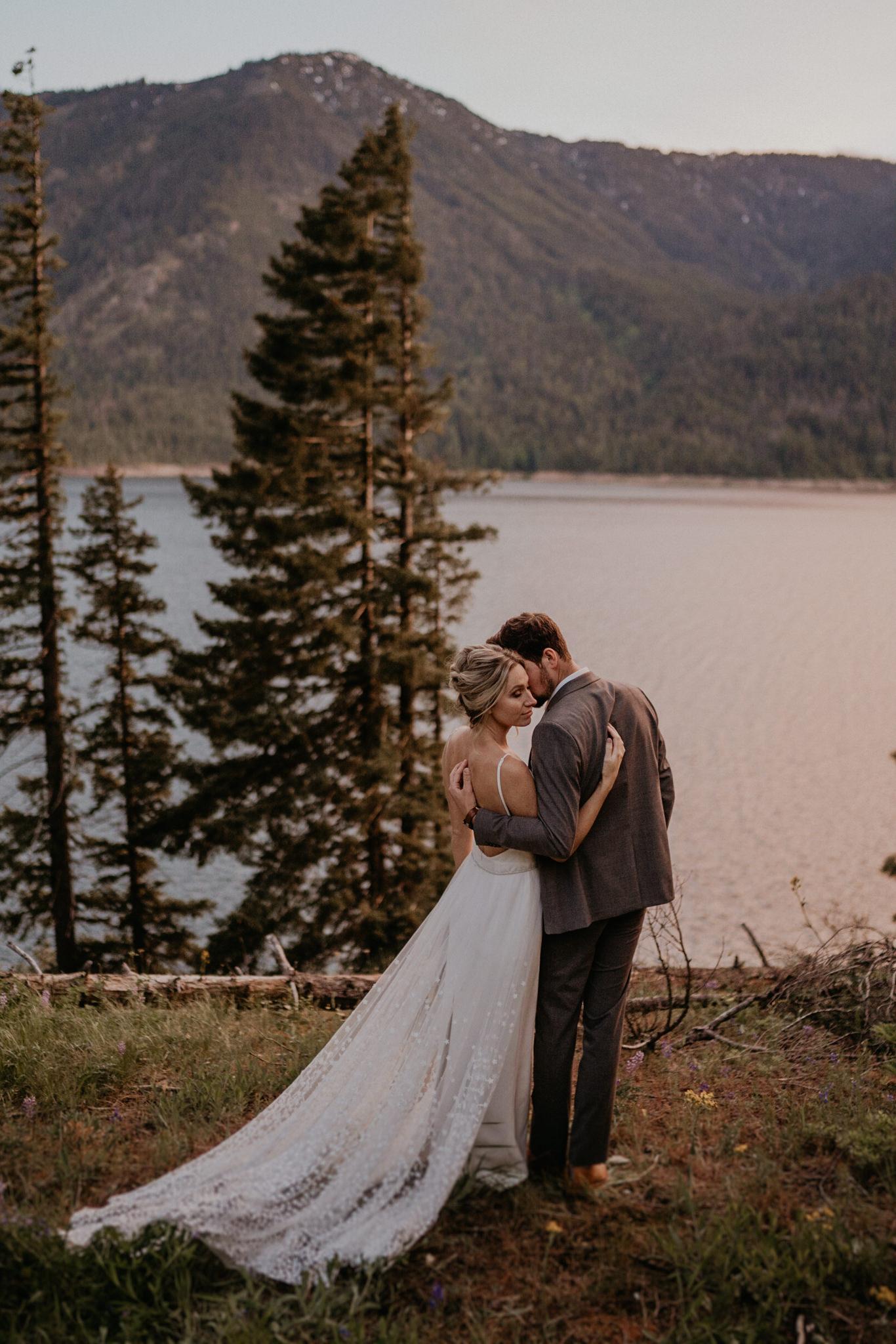 Couple elope in near a cabin outside of seattle, washington