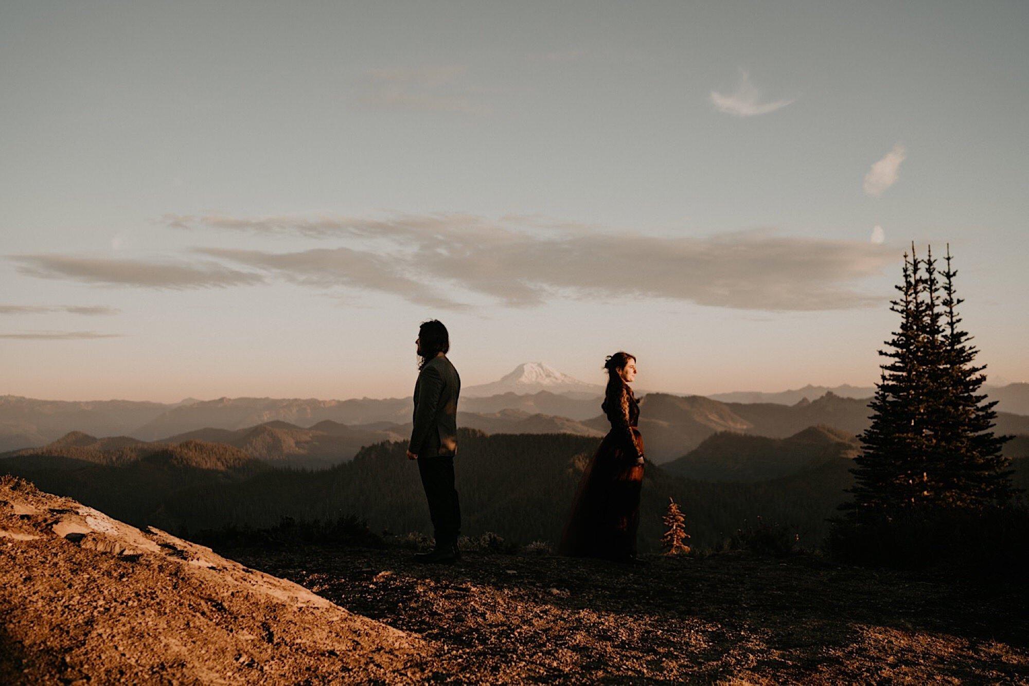 mount-rainier-hiking-adventure-elopement-08.jpg