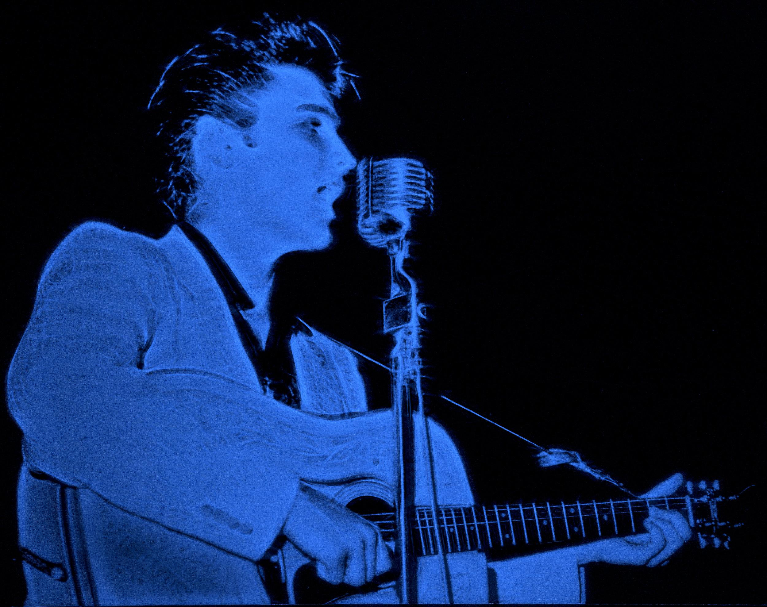 DSC05799 Elvis Stage Cropped Glow BLUE ELVIS W !.jpg
