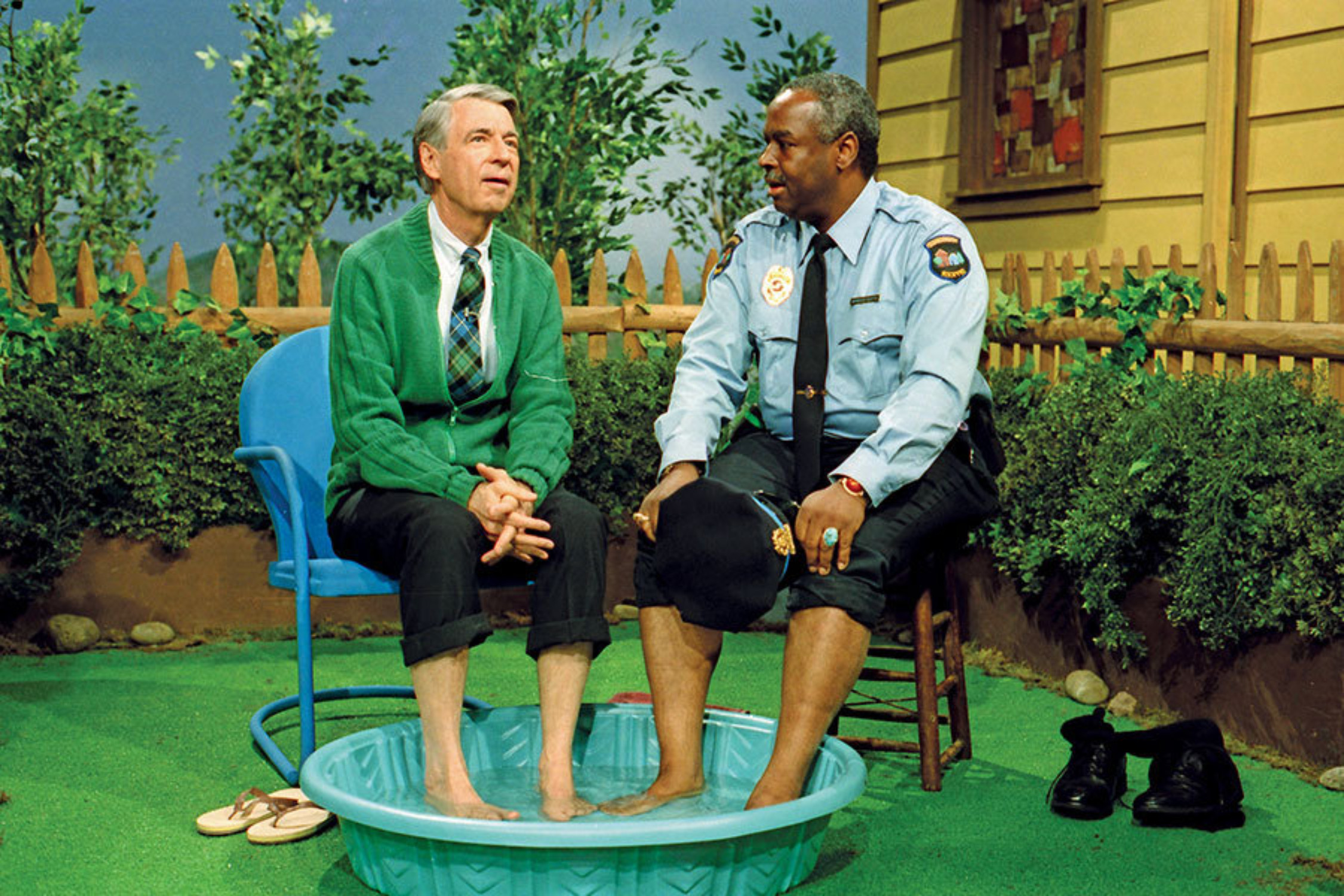 Fred Rogers and Fran�ois Clemmons cool off in Wont You Be My Neighbor. (Focus Features)